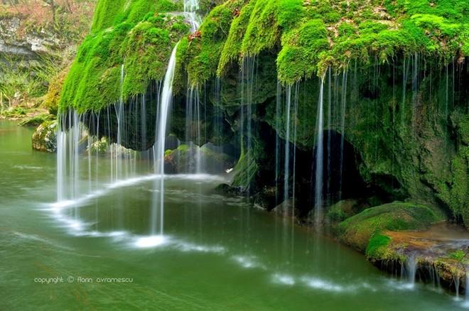 Thác nước giống như một bức rèm trong veo, tráng lệ chỉ có thể thấy trong những câu truyện cổ tích.