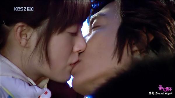 Một nụ hôn 10 giây có thể trao đổi 80 triệu vi khuẩn giữa hai người. Ảnh minh họa