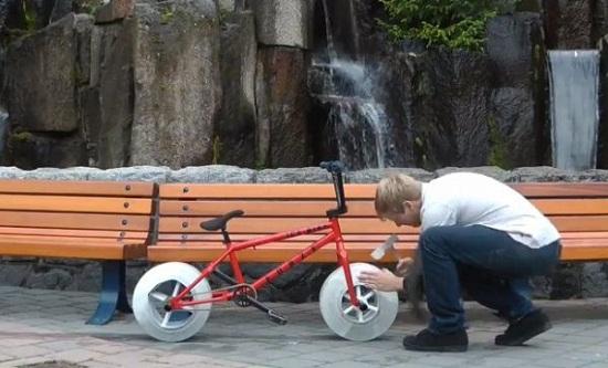 Chiếc xe đạp cực độc với lốp được làm từ băng