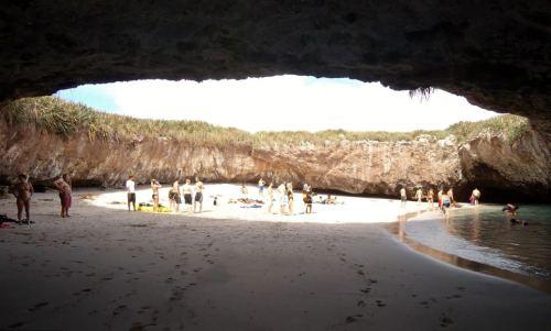 """Bãi cát trong """"lòng hố"""" không dài nhưng cũng đủ để du khách phơi nắng hay có thể hưởng bóng râm"""