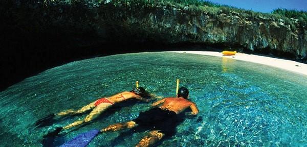 """Để đến với """"thế giới"""" tách biệt này, du khách phải đợi thủy triều xuống và bơi thuyền qua một đường hầm đá dài 2,5m"""