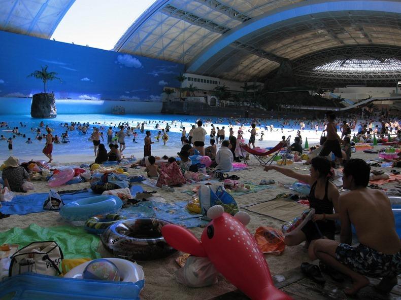đến với Ocean Dome (nằm ở Miyazaki, đảo Kyushu, Nhật Bản), du khách vừa có thể ngắm nhìn bầu trời xanh vừa có thể lướt sóng biển