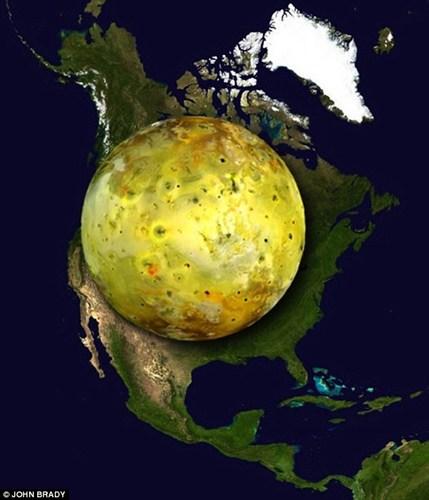 Io - vệ tinh tự nhiên của Sao Mộc có đường kính lên tới 3.642km, là vệ tinh lớn thứ tư bên trong hệ Mặt Trời. Nếu so sánh với các khu vực trên Trái đất, nó sẽ gần như che phủ toàn bộ diện tích Bắc Mỹ.