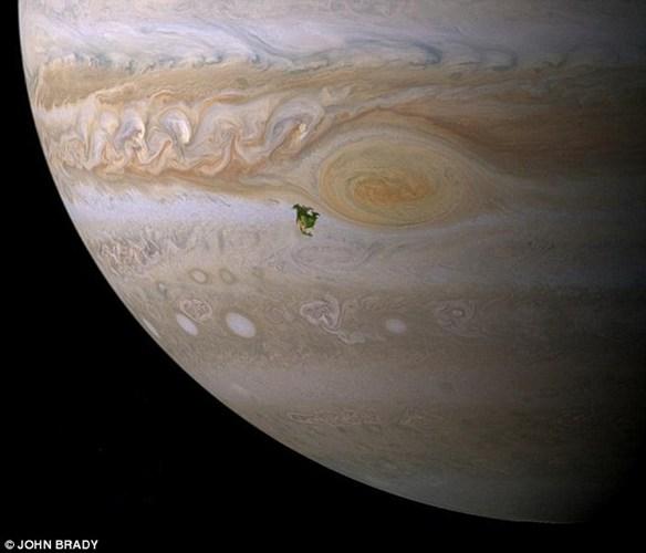 Là hành tinh lớn nhất hệ Mặt Trời, sao Mộc có thể lấn át toàn bộ Bắc Mỹ với biên độ lớn. Như bạn có thể thấy trong hình, toàn bộ lục địa Bắc Mỹ xuất hiện chỉ như một hạt bụi trên mặt hành tinh khổng lồ.