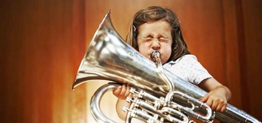Một em bé với cây kèn tuba - Ảnh: Getty Images