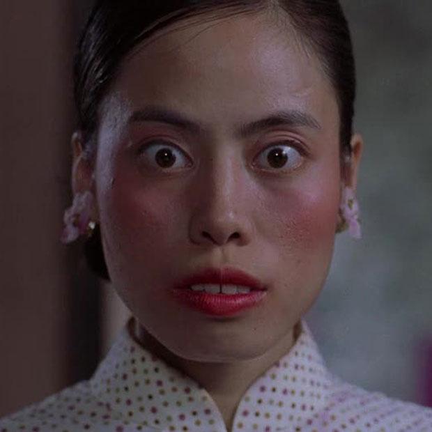 """Với khuôn mặt """"lạ"""" và ấn tượng ở hàm răng, Trần Khải Sư đã biến thân thành một cô gái lẳng lơ dữ dằn trong khu nhà trọ kì quặc."""