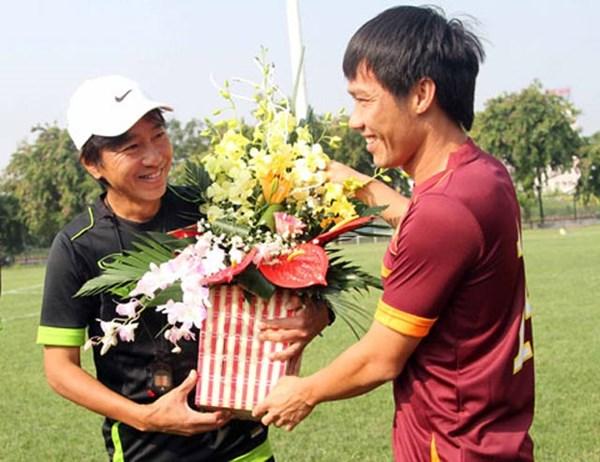 HLV Miura được các tuyển thủ tặng hoa nhân dịp 20.11