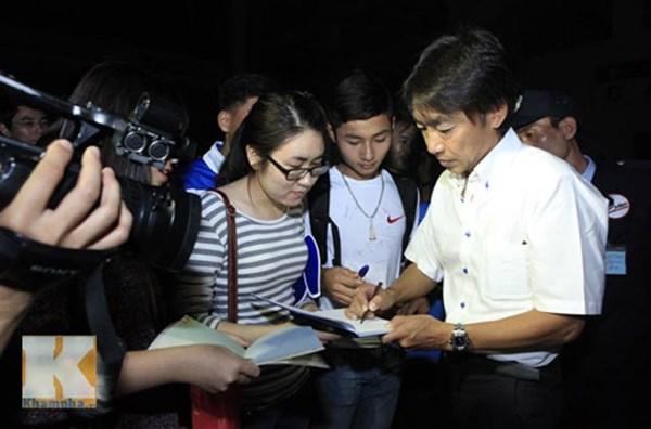 HLV Miura thân thiện ký tặng người hâm mộ Việt Nam.