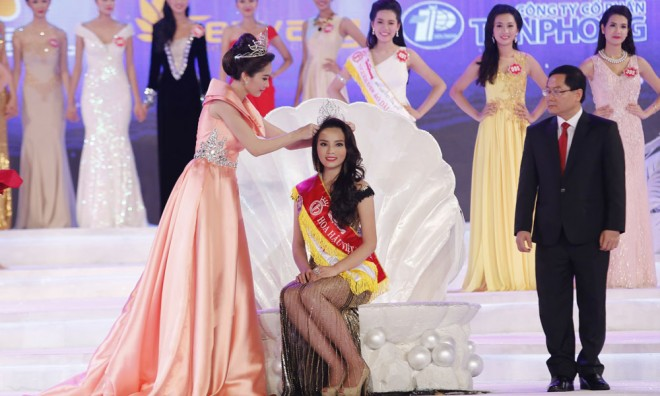 Ngoài vương miện ngọc trai trị giá 2,5 tỷ đồng, hoa hậu Kỳ Duyên còn nhận được giải thưởng tiền mặt 300 triệu đồng