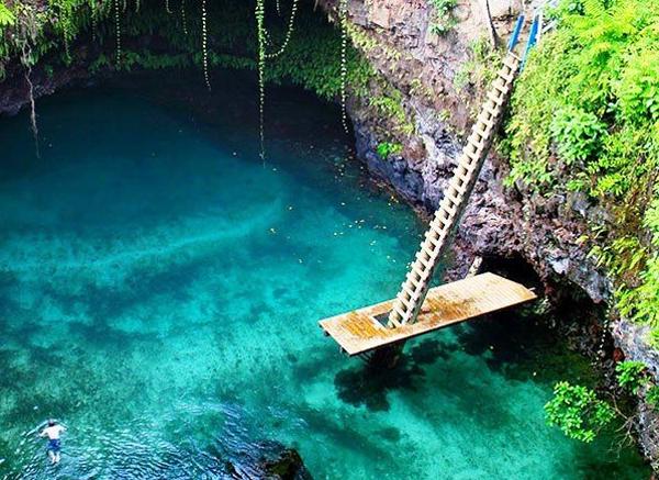 """Trong tiếng địa phương """"To Sua"""" nghĩa là """"hồ khổng lồ"""". Sâu 30m nên để xuống bơi, du khách phải bước trên những bậc cầu thang gỗ thô sơ và ngạo hiểm. Nhiều người nói rằng, họ vừa bước xuống vừa phải nhắm nghiền mắt vì độ cao hãi hùng và phải bước trên những bậc thang trơn trượt và chênh vênh."""