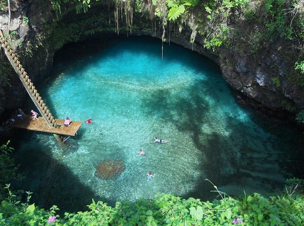Nước hồ xanh ngắt và trong