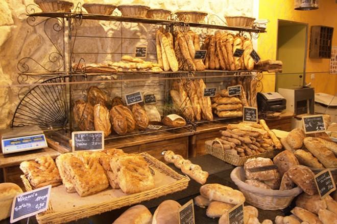 1. Tình yêu với bánh mì: Người Pháp thực sự rất thích ăn bánh mì, bourlangeries có ở khắp mọi nơi. Bánh mì là một phần không thể thiếu trong mỗi bữa ăn của người Pháp, thậm chí theo một thống kê của tờ báo Le Figaro cho biết chín trong mười người Pháp ăn bánh mì hàng ngày.