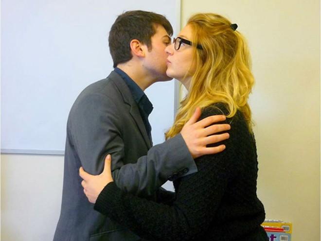 2. Nụ hôn thân mật của người Pháp: Faire la Bise, một nụ hôn trên cả hai má là nét đặc trưng thú vị của người Pháp. Họ thường ôm và hôn vào má nhau khi gặp và chia tay. Ở mỗi thành phố, mỗi vùng thì số lượng nụ hôn cũng khác nhau, có thể là 2, cũng có nơi họ hôn 3 cái, hoặc 4 cái. Nếu người Pháp chủ động hôn thì bạn đừng ngại nhé, điều đó thể hiện họ rất thiện cảm và muốn tạo sự thân mật hơn với bạn.
