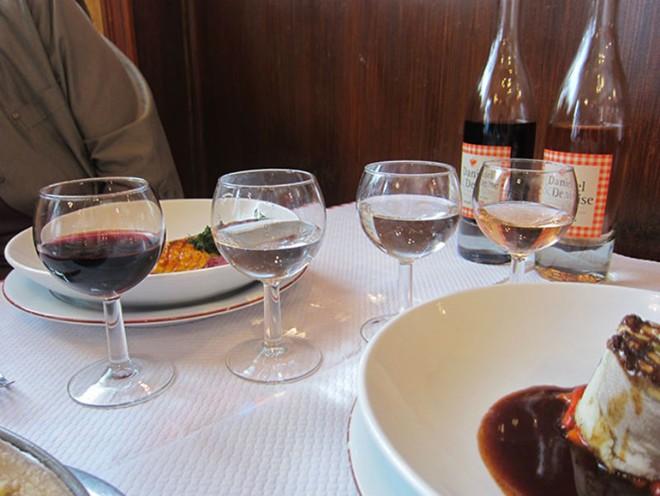4. Đồ uống không đá: Khi bạn tới một nhà hàng Pháp, bồi bàn sẽ phục vụ bạn một ly nước. Đừng mong đợi và thậm chí đừng hỏi xin thêm đá. Cốc nước của bạn sẽ được đặt ở nhiệt độ phòng hoặc để lạnh hơn một chút, nhưng chắc chắn không có viên đá lạnh nào ở trong đó.