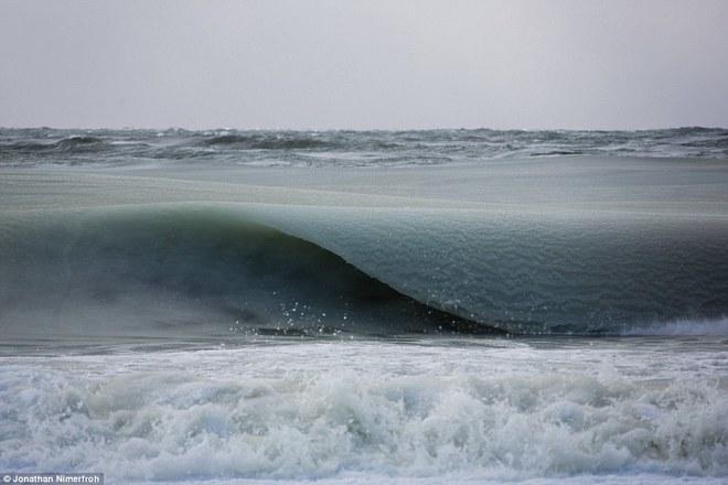 Kỳ thú cảnh sóng biển bị... đóng băng