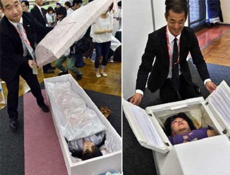 Lễ hội chết thử sẽ cho mọi người biết được chính xác lúc lìa đời, trông họ sẽ như thế nào và được đối xử ra sao.