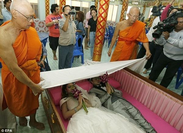 Cô dâu chú thể chết thử để thể hiện sự gắn bó mãi mãi với nhau.