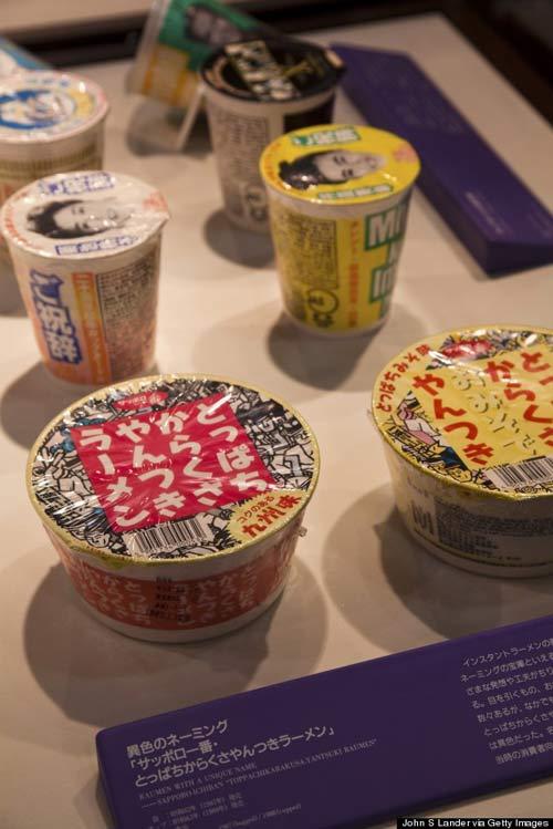 Các cốc mì phục vụ cho khách tự pha chế tại một khu vực riêng của bảo tàng Cup Noodles