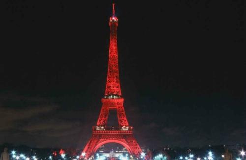 Màu sắc nguyên thủy của Eiffel là đỏ. Ảnh: Thrillist