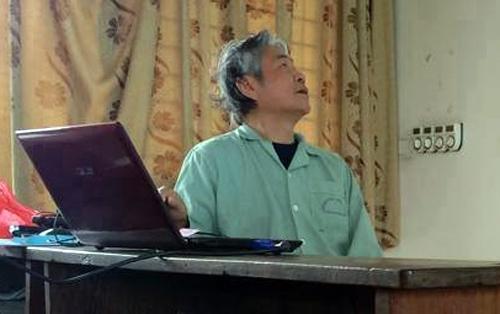 Thầy leo bộ lên tầng 5 để dạy, nhờ một giảng viên trẻ dìu đi. Ảnh: Xuân Chiến.