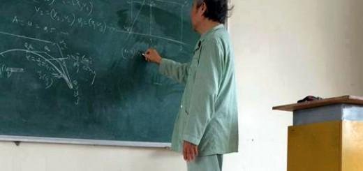 Thầy Lực trốn viện về thẳng giảng đường để dạy sinh viên buổi học cuối, trước khi các em thi học kỳ. Ảnh: Xuân Chiến.