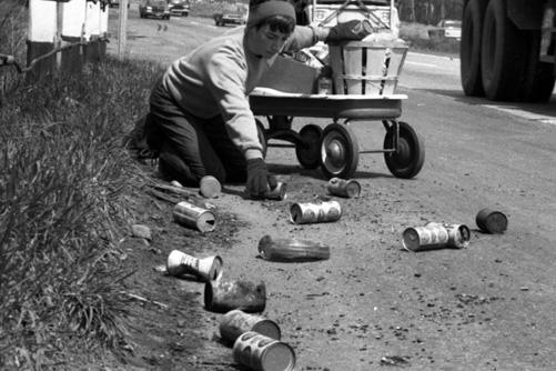 Earth Day | Một người dân nhặt lon bia và soda trên đường phố New Jersey, Mỹ vào Ngày Trái Đất đầu tiên năm 1970.