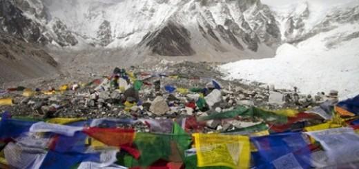 Phật tử treo những lá cờ tưởng niệm các linh hồn lưu lại trên đường lên đỉnh Everest. Theo các số liệu thống kê đến giữa năm 2011, có hơn 200 thi thể lưu lại trên đường tới đỉnh Everest, và những nhà leo núi coi đây là những cột mốc để ước lượng khoảng cách tới đỉnh núi. Ảnh: CBC