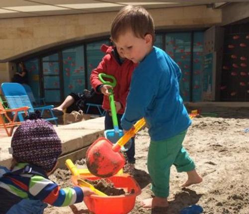 Các bé trai đãsử dụng xẻng đồ chơi để đào một lối thoát bên dưới hàng rào của trường mẫu giáo và trốn ra ngoài. Ảnh minh họa: WCC