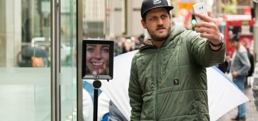 Mọi người xung quanh chụp hình chung với Robot Lucy làm kỹ niệm