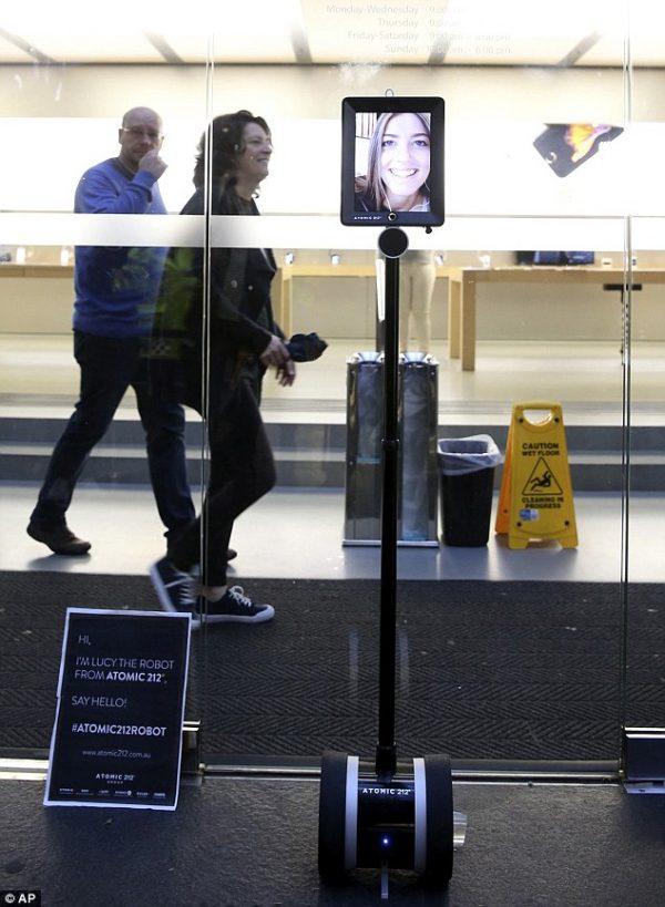 Robot đầu tiên ...xếp hàng mua iPhone 6s