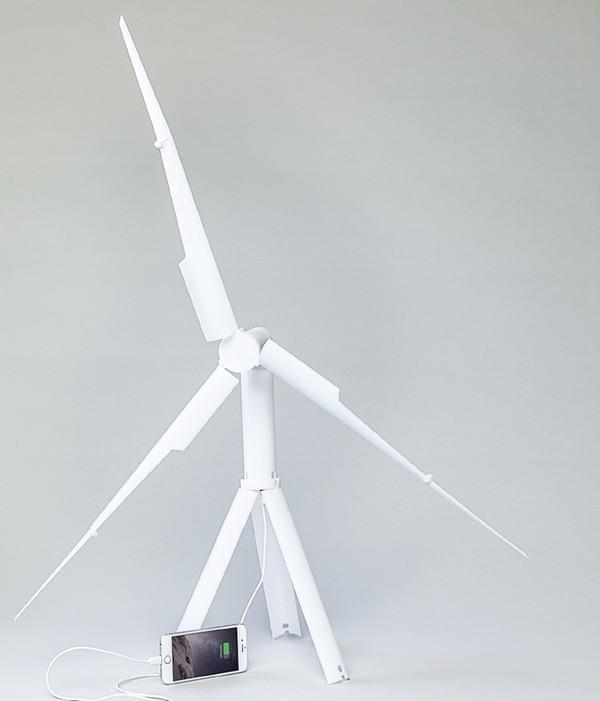 Quạt năng lượng gió Trinity cùng chiếc iPhone 6 đang được sạc trực tiếp.