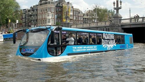 Xe buýt lội nước giống như một chiếc thuyền trên những con kênh ở Hà Lan.