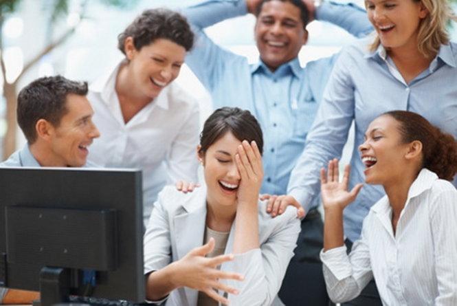Cùng chia sẻ niềm vui trong công sở - Ảnh: tokoulouri.com
