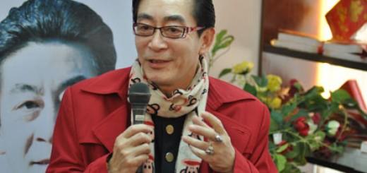 Giờ đây Lục Tiểu Linh Đồng không còn phải giấu cặp mắt kính của mình