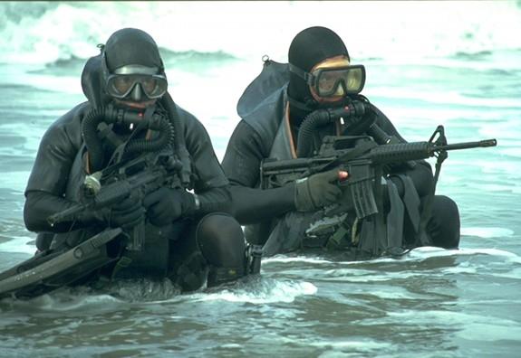 Lính SEAL chiến đấu dưới nước. (Ảnh: The Blaze)