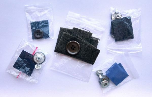 Những chiếc túi nhỏ đựng cúc thừa, vải vụn đính kèm với quần áo mới để làm gì?
