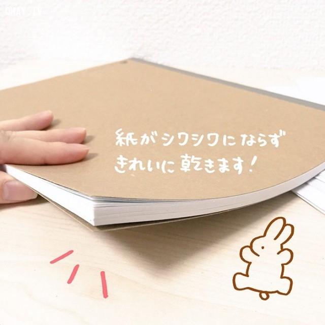 Hãy thay thế những mẩu giấy vệ sinh cho đến khi chúng thấm hết nước từ những trang sách ướt đó. Và kết quả là đây: Cuốn sách ướt sũng nước của bạn đã được làm khô mà không bị cong queo hoặc biến dạng gì cả!