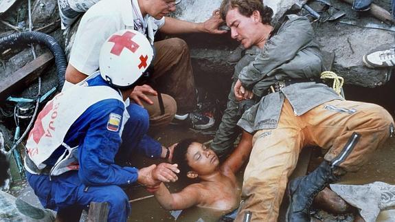 Đội cứu hộ cố gắng giải cứu cô bé
