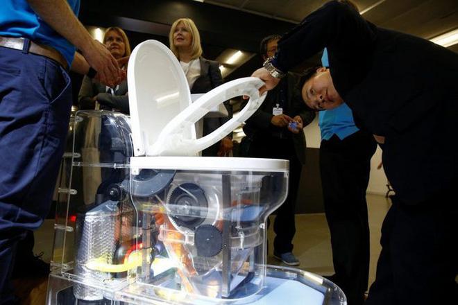 Cận cảnh bồn cầu kiểu mới của Bill Gates: có thể tách nước khỏi phân