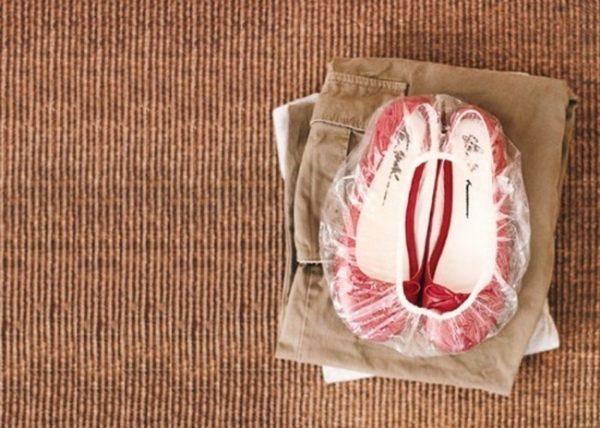 Những chiếc giầy vải sẽ được cất gọn gàng trong chiếc mũ tắm trùm đầu, đi du lịch sẽ thật gọn gàng