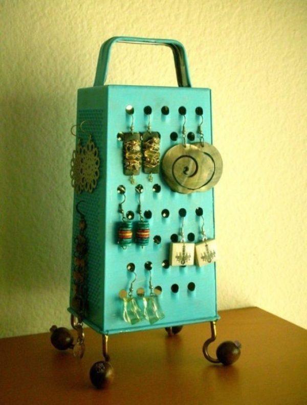 """Bạn chỉ cần sơn lại dụng cụ bào pho mát cũ để làm chỗ treo nữ trang hết sức """"vintage"""" như thế này."""