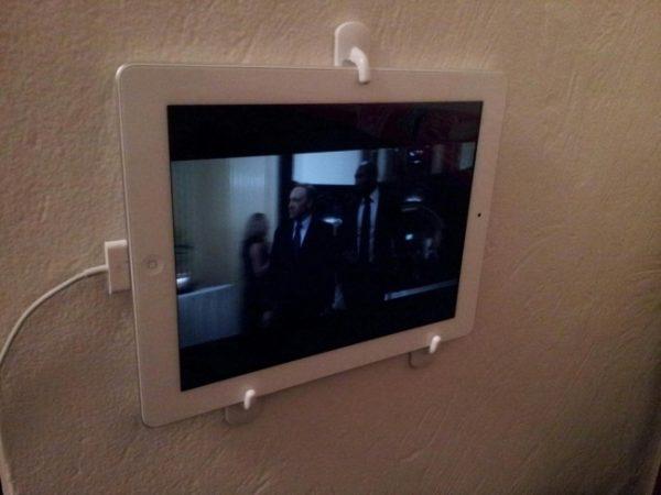 Thiết kế móc treo như thế này, bạn hoàn toàn có thể rảnh tay để làm đồ ăn mà vẫn xem hướng dẫn hoặc coi phim trên tường