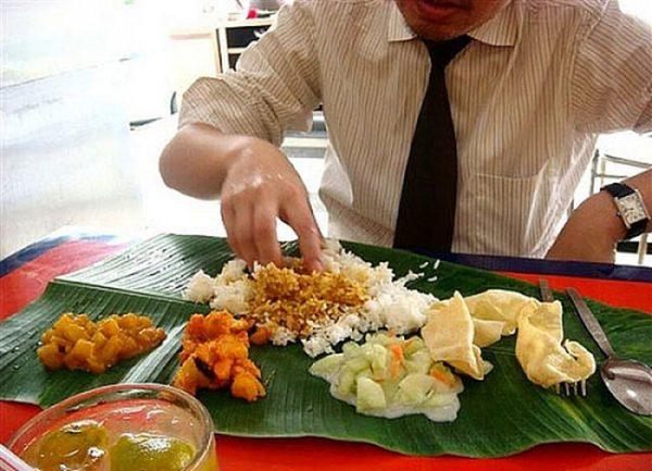 Đa số người dân Malaysia có thói quen ăn bốc bằng tay phải