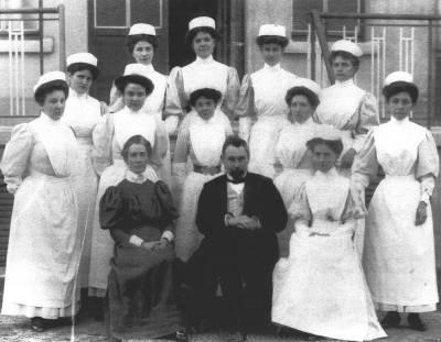 Edith Cavell cùng Bác Sĩ Depage và nhóm y tá làm việc tại Dưỡng Đường
