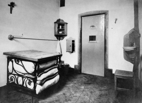 Bên trong phòng giam của Edith Cavell