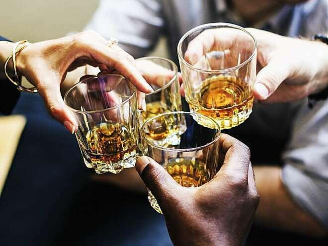 Tốc độ chuyển hoá rượu trong máu ở mỗi người khác nhau, phụ thuộc vào tuổi, cân nặng, bệnh lý...Ảnh: Medical News Today