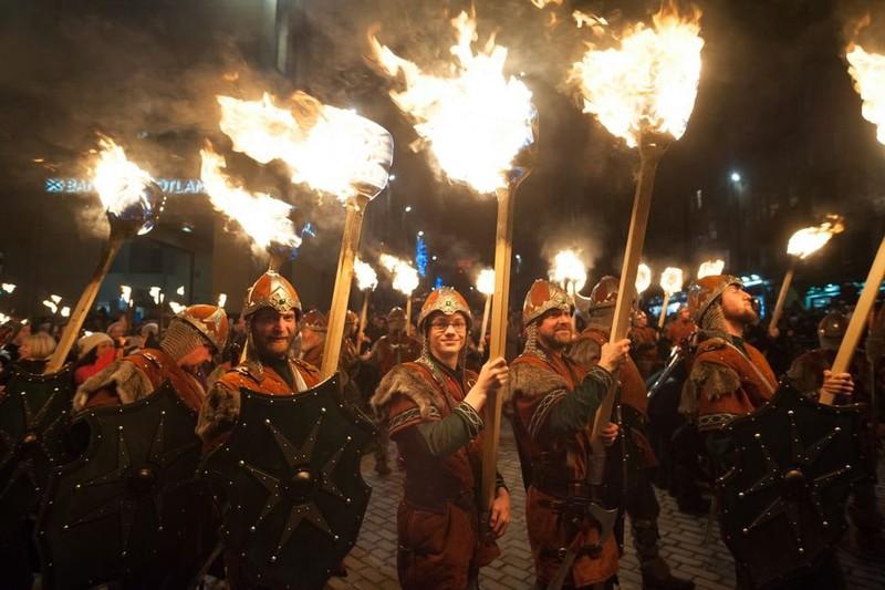 Trong không khí lễ hội, mọi người sẽ đốt lửa trại và làm những quả cầu lửa – biểu tượng của Mặt trời để xua đuổi những điều xui xẻo trong năm tới
