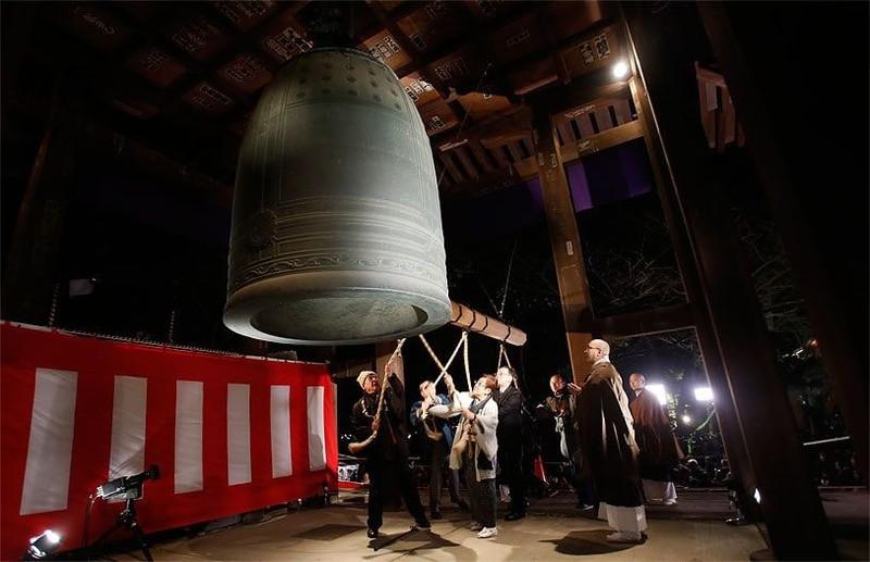 Các ngôi chùa Phật giáo tại Nhật Bản sẽ rung chuông 108 lần vào đêm giao thừa. Ảnh: Pinterest