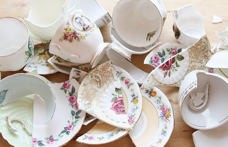 Người Đan Mạch ném những chiếc đĩa và kính cũ vào cửa nhà của người thân và bạn bè với mong muốn xua đuổi những điều xui xẻo trong năm cũ