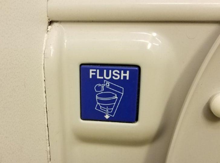 Không chạm vào nút xả.